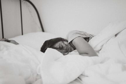 ¿Por qué roncamos y cómo podemos dejar de hacerlo?