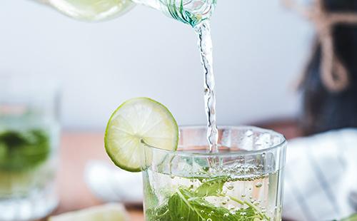 5 alternatives a l'aigua per a hidratar-nos a casa, saludables i refrescants.
