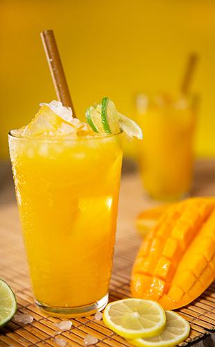 Aguas con sabor y zumos de frutas naturales, la alternativa para estar bien hidratados.